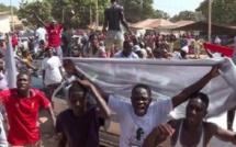 En Gambie, un groupe de jeunes veut manifester contre les délestages