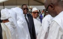 """Le Pr Macky Sall remet 30 millions cfa en guise de """"Diakhaal"""" à la famille de feu Tanor Dieng"""