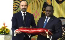 Au Sénégal, Edouard Philippe rend un sabre et vend des missiles