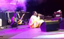 """You innove en Gambie - L'auteur de """"Nay"""" se met à... même le sol pour communier avec Serekunda !"""
