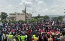 Mali : Les manifestants dans la cour de la télévision publique