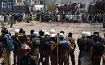 Les manifestations anti-France dégénèrent en affrontements avec la police au Pakistan