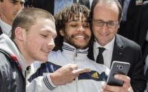 Un homme fait un doigt d'honneur lors d'un selfie avec François Hollande
