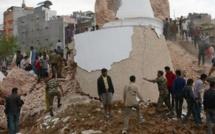 Un violent séisme frappe le Népal, au moins 1 170 morts