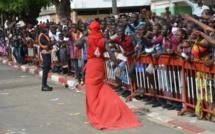 Macky Sall accueillis par des brassards rouges à l'Ucad