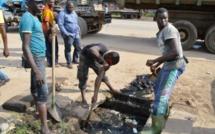 Submergées par des eaux usées, les populations de la Cité Khadim à Dakar en veulent à l'ONAS